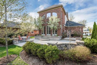 Royal Oak Single Family Home For Sale: 402 Hawthorn Avenue
