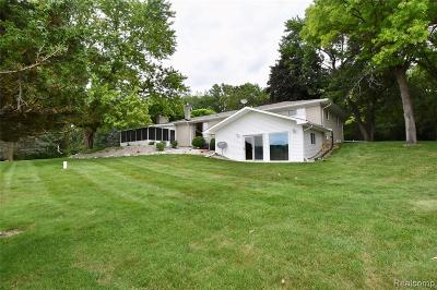 Oakland County Single Family Home For Sale: 1089 S Holly Road