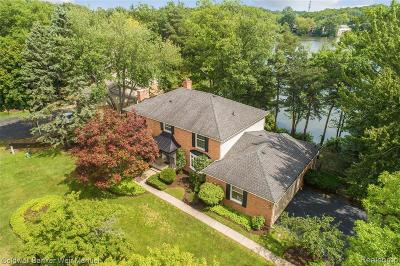 Macomb County, Oakland County Single Family Home For Sale: 5085 Lake Bluff Rd