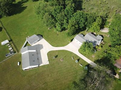 Hillsdale County Single Family Home For Sale: 3095 N Cove Rd
