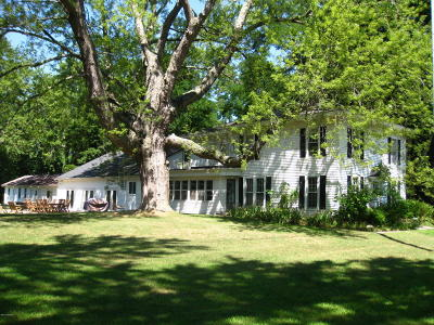 South Haven Single Family Home For Sale: 1020 Blue Star Highway