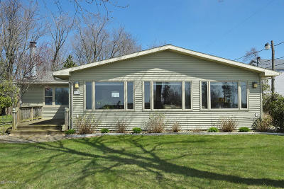 South Haven Single Family Home For Sale: 635 Lakeshore Drive