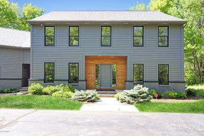 Single Family Home For Sale: 1061 Autumn Ridge Drive NE