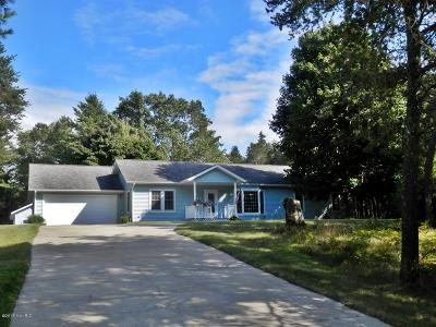 Manistee County Single Family Home For Sale: 2721 Red Apple Road