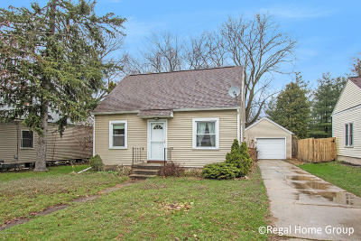 Single Family Home For Sale: 909 Foster Court NE