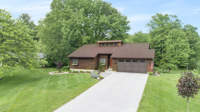 Grand Haven Single Family Home For Sale: 13614 Meadowbrook Lane