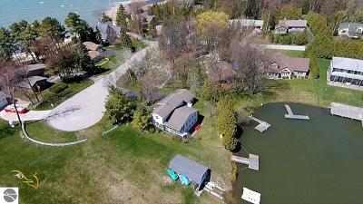 Elk Rapids MI Single Family Home For Sale: $464,000