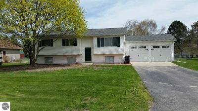 Mt Pleasant, Lake Isabella, Shepherd, Alma, Ithaca, St Louis, Clare, Lake Single Family Home For Sale: 3895 McGuirk Street