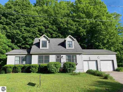 Leelanau County Single Family Home For Sale: 611 N Stratton Way