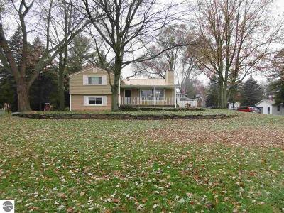 Mt Pleasant, Lake Isabella, Shepherd, Alma, Ithaca, St Louis, Clare, Lake Single Family Home For Sale: 5201 N Luce Road