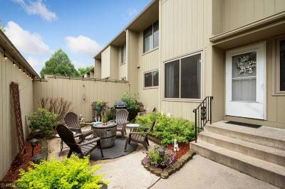 Plymouth Condo/Townhouse For Sale: 1575 Black Oaks Lane N