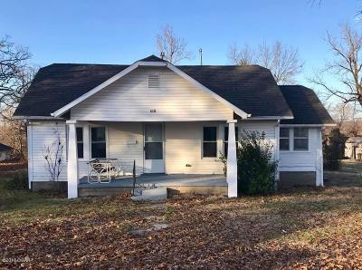 Newton County Single Family Home For Sale: 610 Delaware Street