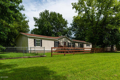 Barry County, Barton County, Dade County, Greene County, Jasper County, Lawrence County, McDonald County, Newton County, Stone County Manufactured Home For Sale: 412 & 412 1/2 W Vine Street