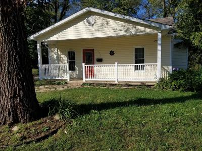 Eldon Single Family Home Active With Contingency: 201 N Walnut Street