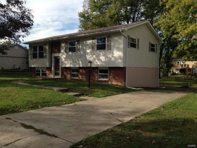 Godfrey IL Single Family Home For Sale: $126,500