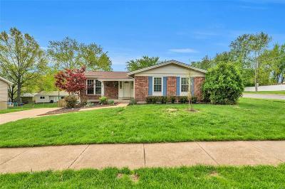 Ballwin Single Family Home For Sale: 698 Woodrun Court