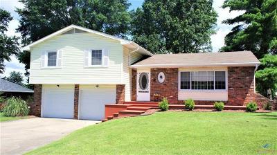 Clinton Single Family Home For Sale: 901 Monrovia Drive