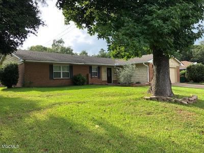 Biloxi Single Family Home For Sale: 723 Holly Hills Dr