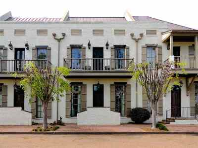 Madison Townhouse Contingent: 224 North Natchez Dr