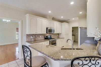 Brandon Single Family Home For Sale: 611 Castlewoods Blvd