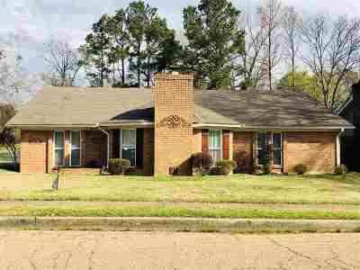 Clinton Single Family Home Contingent: 1505 Hawthorn Pl