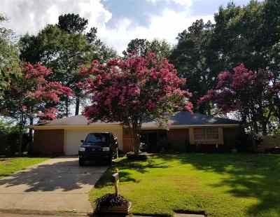 Single Family Home Contingent/Pending: 77 Woodgate Dr