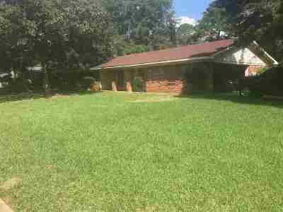 Clinton Single Family Home Contingent/Pending: 1601 Tanglewood Dr