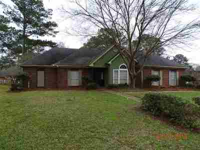 Single Family Home For Sale: 208 Ramblewood Dr