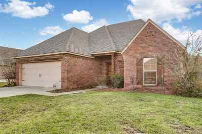 Single Family Home For Sale: 208 Stonebridge Blvd