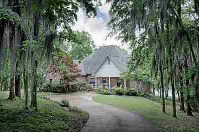 Single Family Home For Sale: 610 Lakeridge Ln