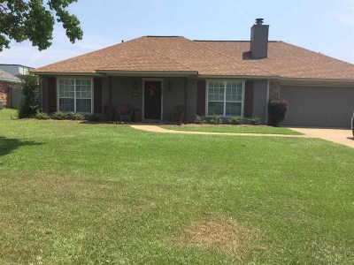 Single Family Home Contingent/Pending: 693 Southern Oak Dr