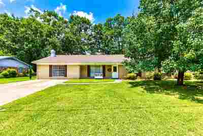 Clinton Single Family Home Contingent/Pending: 1607 Tanglewood Dr