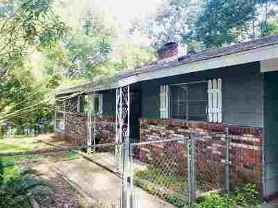 Single Family Home For Sale: 106 Lakeview Cir