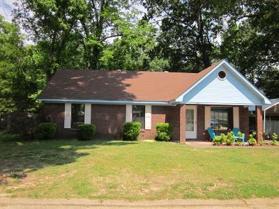Bruce, Calhoun City, Derma, Abbeville, Banner, Batesville, Como, Taylor, Courtland, Crenshaw, Pope, Sardis, Charleston, Coffeeville, Oakland Single Family Home For Sale: 107 Holly Cove