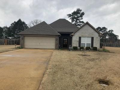 Single Family Home For Sale: 102 Champions Cv.