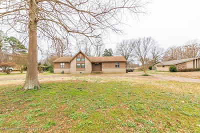 Tate County Single Family Home For Sale: 358 Country Club Drive