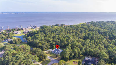 Newport Single Family Home For Sale: 220 Bay Run