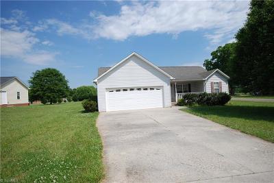 Mocksville Single Family Home For Sale: 110 Autumn Court