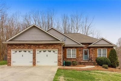 Lexington Single Family Home For Sale: 413 Dogwood Trail