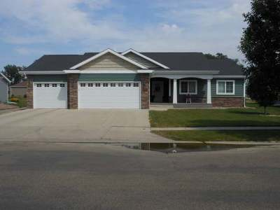 Bismarck Single Family Home For Sale: 2401 Peach Tree Dr