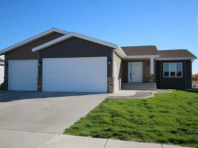Bismarck Single Family Home For Sale: 2821 Peach Tree Dr