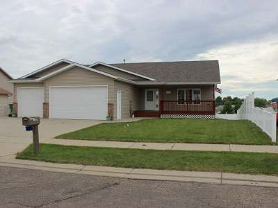 Bismarck Single Family Home For Sale: 2401 Seneca Dr