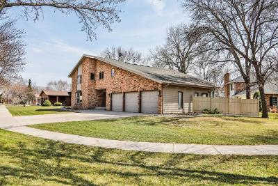 Fargo Single Family Home For Sale: 121 Prairiewood Drive S