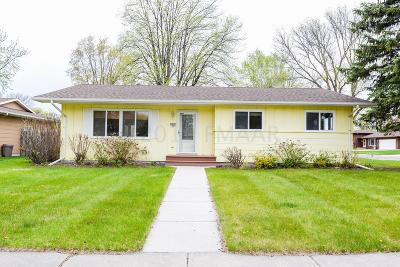 Fargo Single Family Home For Sale: 2942 Edgewood Drive N