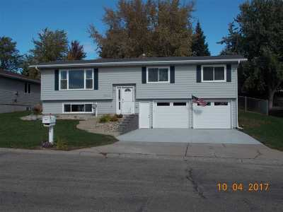 minot Single Family Home Contingent - Hi: 2604 10th Ave NW