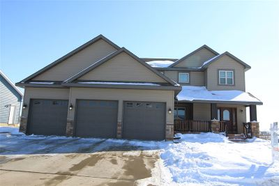Minot Single Family Home For Sale: 2717 Crescent Dr NW