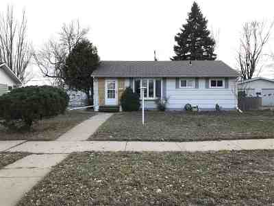 minot Single Family Home Contingent - Hi: 417 SW 19th Ave