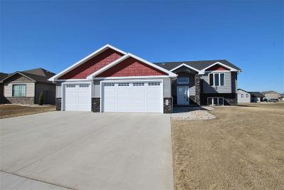 minot Single Family Home For Sale: 2013 Valley Bluffs Dr.