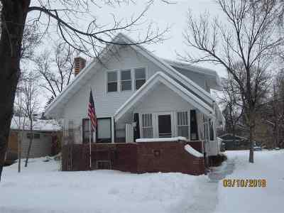 minot Single Family Home Contingent - Hi: 15 SE 9th St