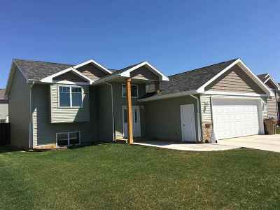 minot Single Family Home For Sale: 2808 NW Grey Eagle Pass NW